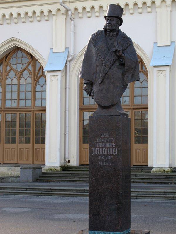Памятник Щтиглицу у Петергофского вокзала