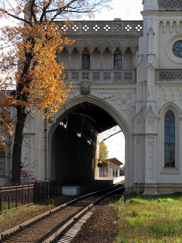 На этом снимке можно рассмотреть готические элементы в оформлении вокзала