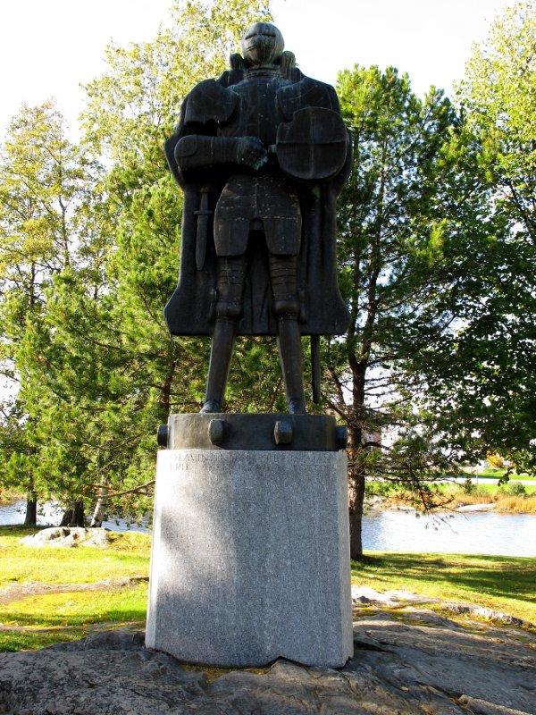 Памятник основателю крепости