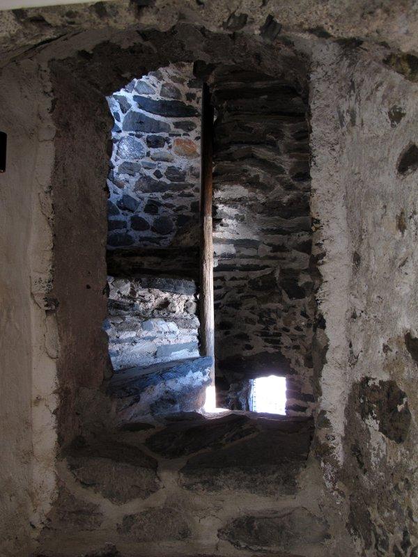 Внутри крепости проходят крутые лестницы