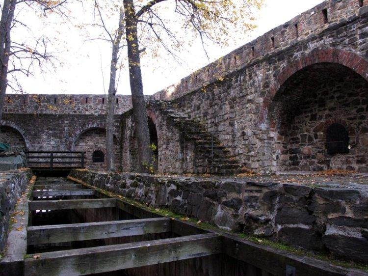 Один из крепостных дворов