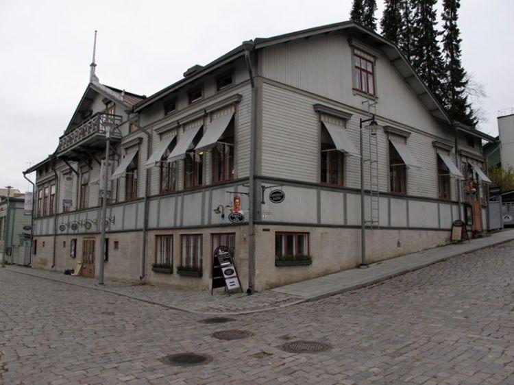Деревянный дом у крепости