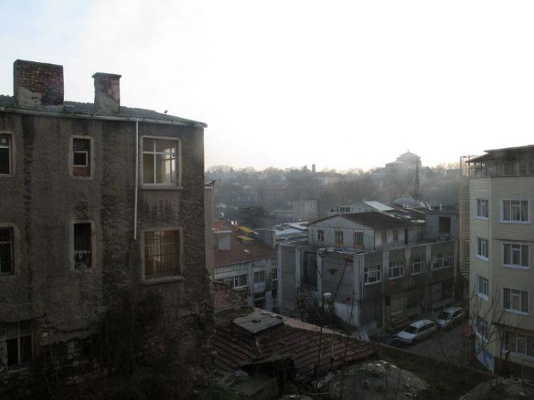 Вид из окна гостиницы на трущобы и Топкапы