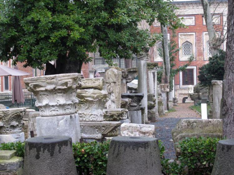 Колонны во дворе археологического музея