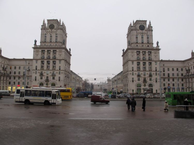 "Две огромные ""сталинки"" у вокзала"