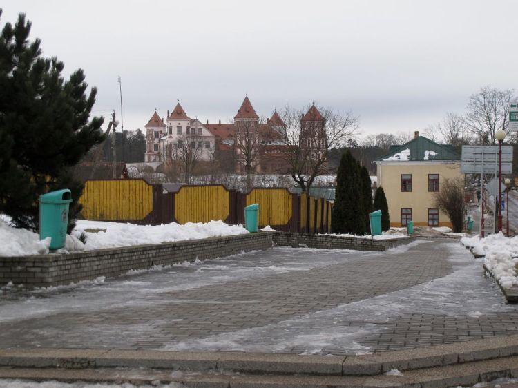 Вид на Мирский замок из Мира
