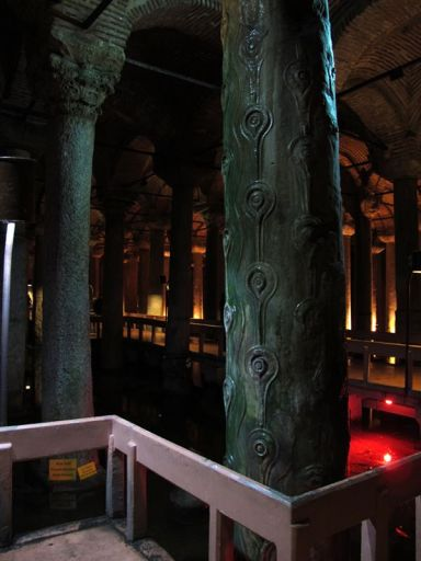 Притащенные с различных мест колонны