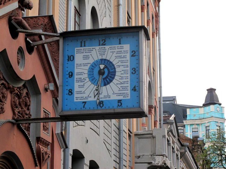 Часы на почте с указанием часовых поясов
