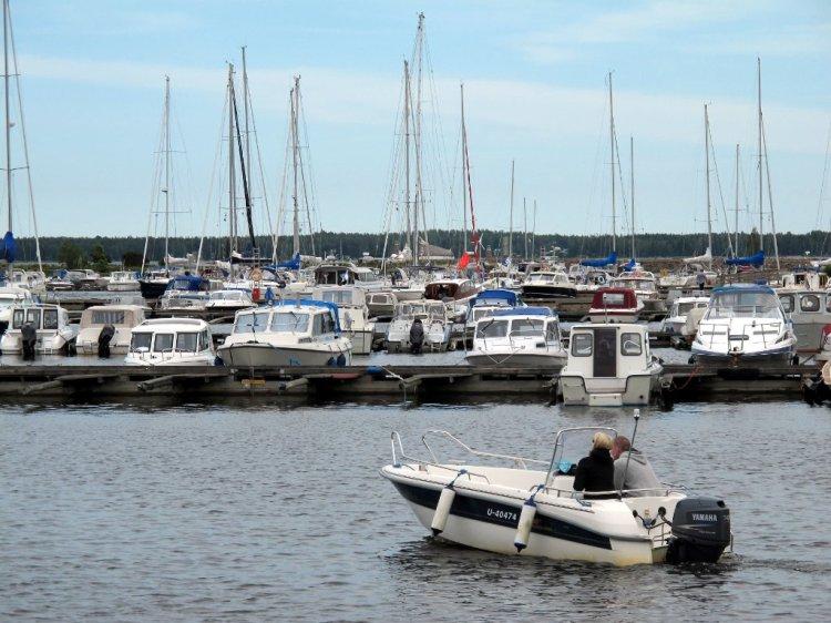 Парковка яхт возле моренариума