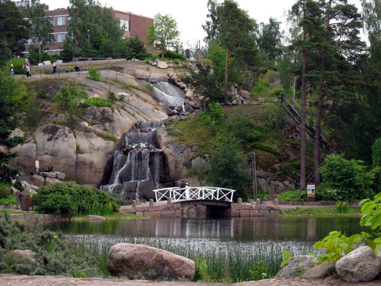Водопад и гуляющие