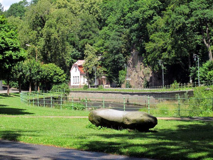 Идиллический пейзаж с домиком у реки