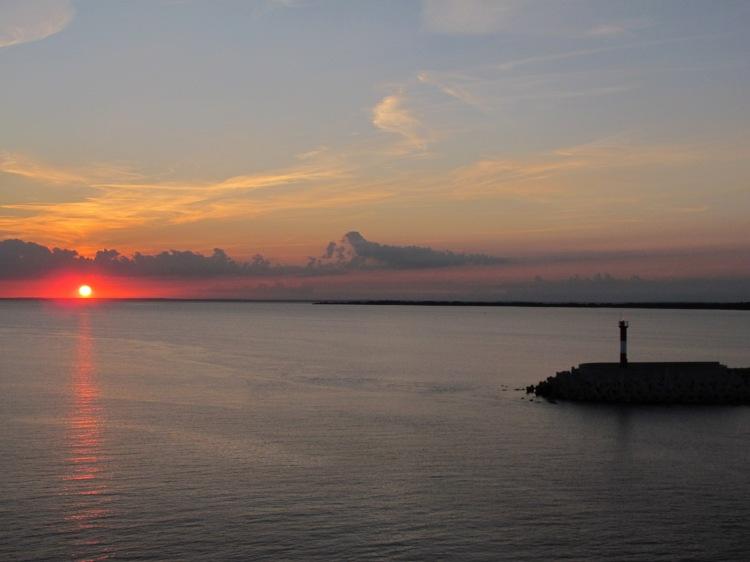 Один из снимков заката, сделанных с парома.