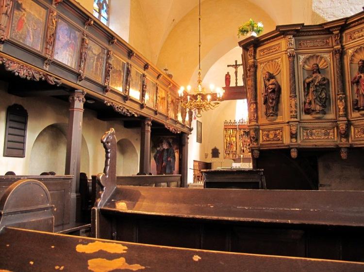 в этой церкви уютно и можно послушать органную музыку