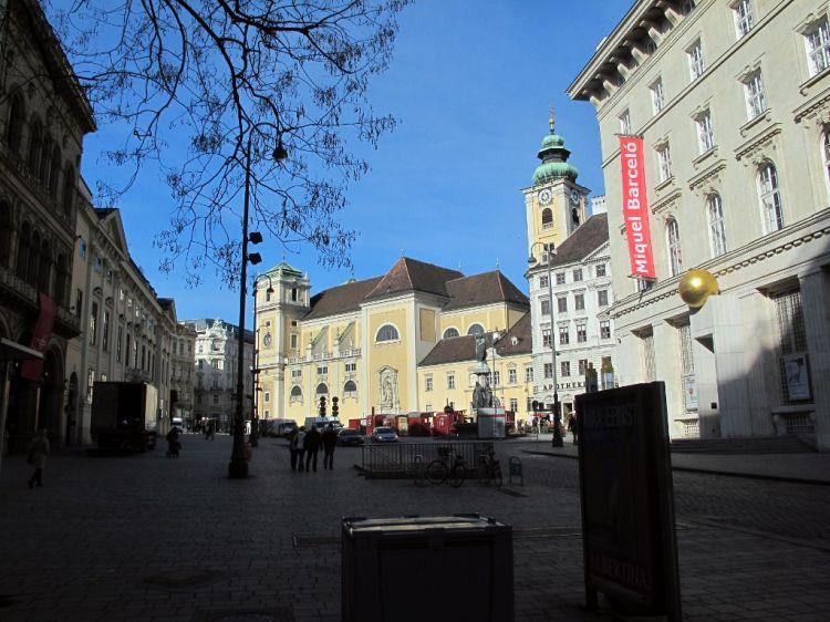 Площадь и монастырь