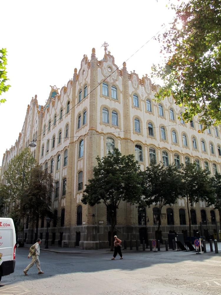 Модерновое здание