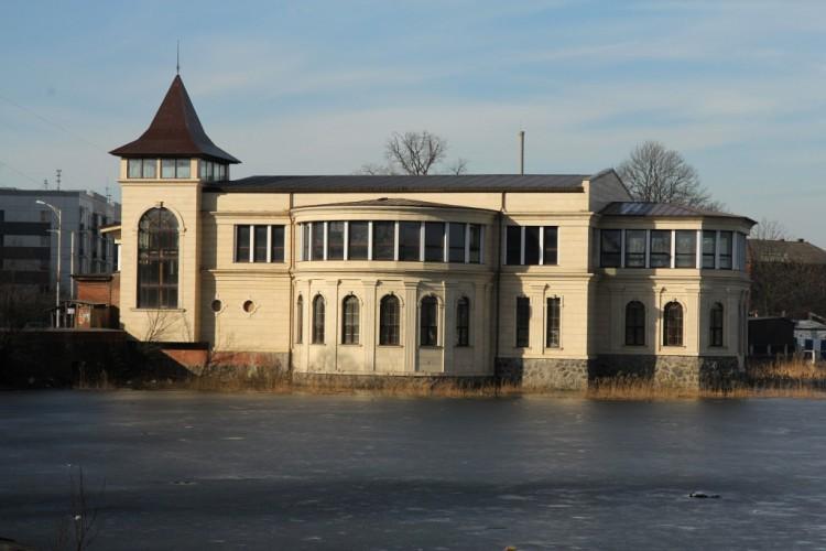 Здание в озере