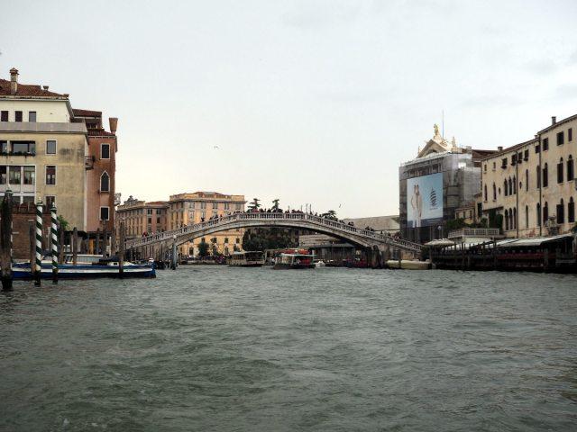 Вид на Ponte degli Scalzi c воды